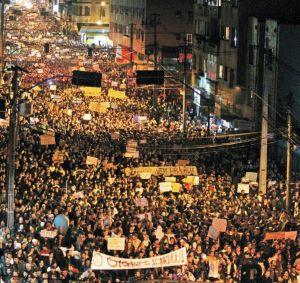 Manifestantes passaram pela rua André de Barros, em Curitiba