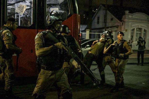 [CQM] Manifestação contra o aumento da tarifa em Curitiba é marcada por VIOLÊNCIA POLICIAL